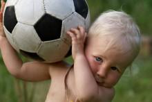 Bébé-et-ballon-de-football