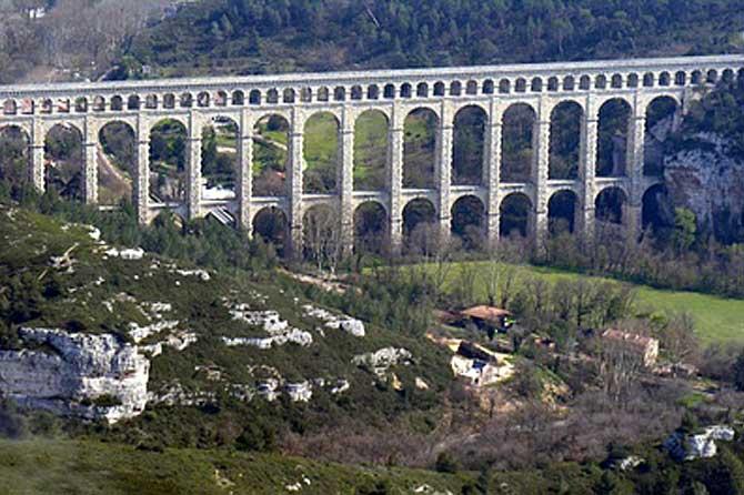 Roquefavour-Fotolia_3089639