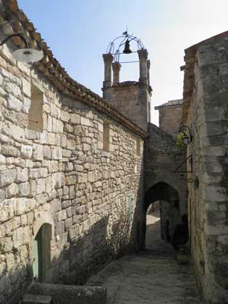 Lacoste-Rue-Clocher-Verlind