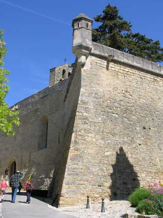 Ansouis-remparts-chateau-Ve