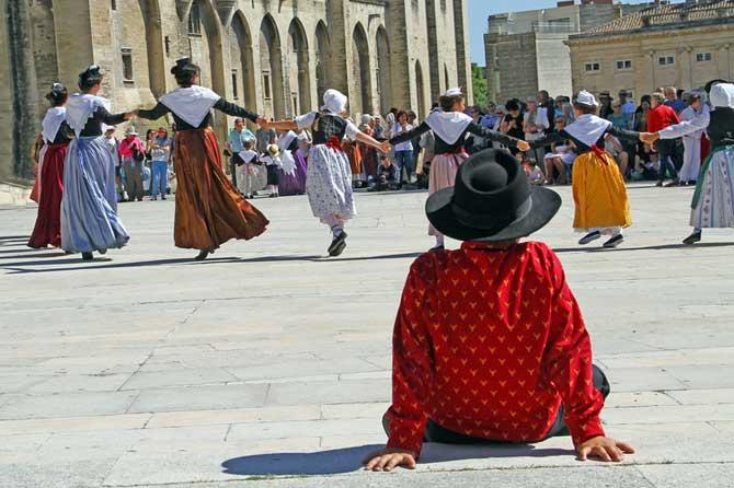 Danses-Provençales-Fotolia_