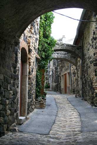 Annot-village-Fotolia_35627