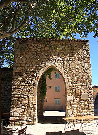 Seillans-Porte-Fotolia_4505
