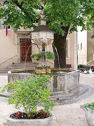 Varages-Fontaine-Mairie.-Ve